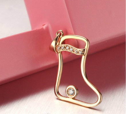 周大金珠宝18K玫瑰金钻石鞋吊坠